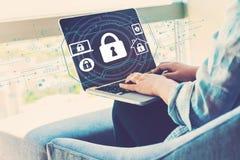 Tema de la seguridad con la mujer que usa el ordenador port?til imágenes de archivo libres de regalías