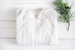 Tema de Xhristmas whitesweater en la tabla de madera Fotos de archivo libres de regalías