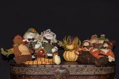 Tema decorativo da queda e da ação de graças com peregrinos, peru e espantalhos Imagem de Stock