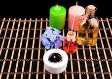 Tema del balneario con las velas y las flores en fondo negro Fotos de archivo