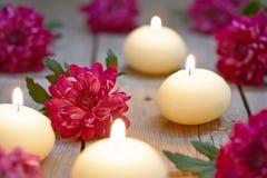 Tema del balneario con las velas y las flores Fotos de archivo