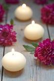 Tema del balneario con las velas y las flores Foto de archivo