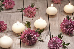 Tema del balneario con las velas y las flores Imagen de archivo