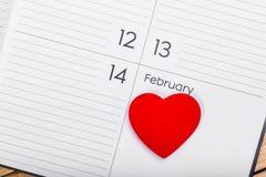 Tema del día de tarjetas del día de San Valentín Corazón en calendario Foto de archivo libre de regalías