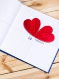 Tema del día de tarjetas del día de San Valentín Corazones en calendario Foto de archivo