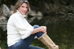 Tema del invierno: Mujer en el suéter blanco en el lago Foto de archivo libre de regalías