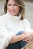 Tema del invierno - mujer magnífica en el suéter blanco Fotos de archivo libres de regalías