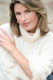 Tema del invierno - mujer magnífica en el suéter blanco Fotografía de archivo libre de regalías