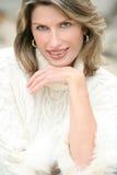 Tema del invierno - mujer magnífica en el suéter blanco Foto de archivo libre de regalías