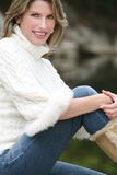 Tema del invierno - mujer magnífica en el suéter blanco Foto de archivo