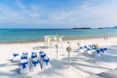 Tema del lugar de la boda de playa, del fondo del océano, blanco y azul Imagenes de archivo