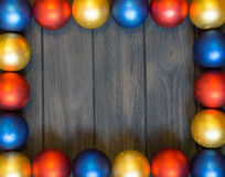 Tema del nuovo anno: decorazione di natale con le palle su retro fondo di legno Fotografia Stock Libera da Diritti