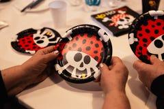 Tema del pirata - partido de la decoración del cumpleaños de los niños para los niños imagen de archivo