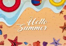 Tema del verano con los juguetes y las cáscaras en la playa ilustración del vector