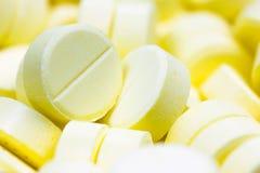 Tema della farmacia, mucchio delle pillole rotonde gialle dell'antibiotico della compressa della medicina DOF basso Fotografie Stock Libere da Diritti