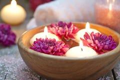 Tema della stazione termale con le candele ed i fiori fotografia stock libera da diritti