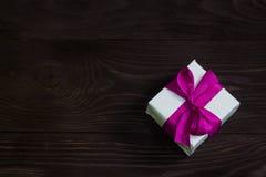 Tema delle celebrazioni e dei regali: il regalo esclusivo ha imballato in scatola bianca con bello ed il regalo costoso porpora d fotografie stock libere da diritti