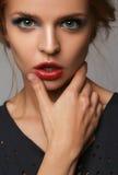 Tema di bellezza e di trucco: bella ragazza con le labbra e gli occhi azzurri rossi in studio immagini stock libere da diritti