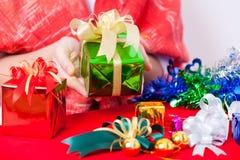 Tema di celebrazione con i regali del nuovo anno & di natale Fotografia Stock