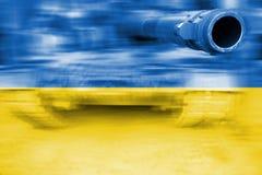 Tema di forza militare, carro armato del mosso con la bandiera dell'Ucraina Fotografie Stock Libere da Diritti