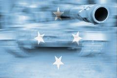 Tema di forza militare, carro armato del mosso con la bandiera della Micronesia Immagini Stock Libere da Diritti