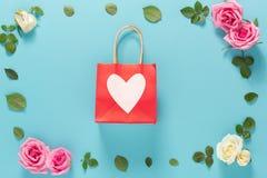 Tema di giorno del ` s del biglietto di S. Valentino con i fiori Fotografia Stock Libera da Diritti