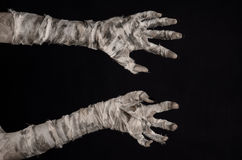 Tema di Halloween: vecchie mani terribili della mummia su un fondo nero Immagini Stock Libere da Diritti