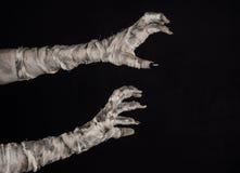 Tema di Halloween: vecchie mani terribili della mummia su un fondo nero Immagine Stock Libera da Diritti