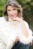 Tema di inverno - donna splendida in maglione bianco Fotografie Stock