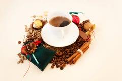 Tema di natale Caffè bianco della tazza, verde e fagioli del broun candid immagini stock libere da diritti