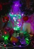 Tema di Natale con le luci, l'albero, il mandarino e la candela Fotografia Stock