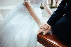 Tema di nozze, tenentesi per mano le persone appena sposate fotografie stock