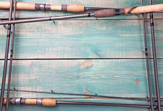 Tema di pesca Pagina dalle canne da pesca su fondo di legno verde con spazio libero dentro Immagine Stock