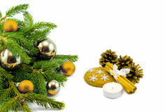 Tema do ano novo: Árvore de Natal, bolas douradas, decorações, vela, flocos de neve, cookies, cones, canela isolada Fotografia de Stock Royalty Free