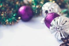 Tema do ano novo: Decorações roxas e de prata da árvore de Natal, bolas no fundo de madeira retro branco fotos de stock royalty free