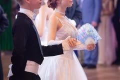 Tema do casamento, guardando as luvas brancas dos recém-casados das mãos imagens de stock