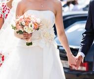 Tema do casamento, guardando recém-casados das mãos Fotos de Stock