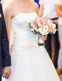 Tema do casamento, guardando recém-casados das mãos Foto de Stock Royalty Free