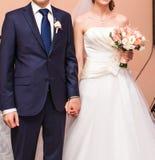 Tema do casamento, guardando recém-casados das mãos Imagem de Stock
