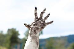Tema do horror e do Dia das Bruxas: As mãos terríveis do zombi sujas com pregos pretos alcançam para o céu, apocalipse inoperante imagens de stock royalty free