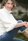 Tema do inverno - mulher lindo na camisola branca Foto de Stock