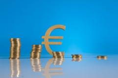 Tema do negócio, moedas de ouro com fundo claro Foto de Stock