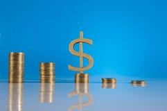 Tema do negócio, moedas de ouro com fundo claro Imagens de Stock