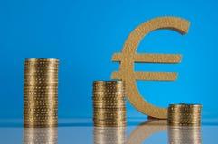 Tema do negócio, moedas de ouro com fundo claro Foto de Stock Royalty Free