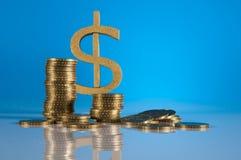 Tema do negócio, moedas de ouro com fundo claro Fotografia de Stock