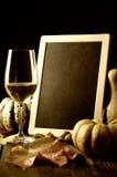 Abóboras, vinho branco e folhas de outono foto de stock