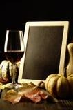 Abóboras, vinho tinto e folhas de outono Imagens de Stock Royalty Free