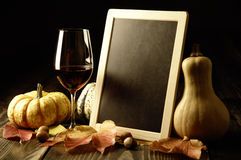 Abóboras, vinho tinto e folhas de outono foto de stock royalty free