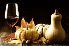 Abóboras, vinho tinto e folhas de outono Fotografia de Stock