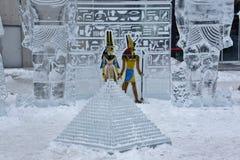 Tema egipcio antiguo con las figuras coloreadas y la pirámide diminuta Imagenes de archivo